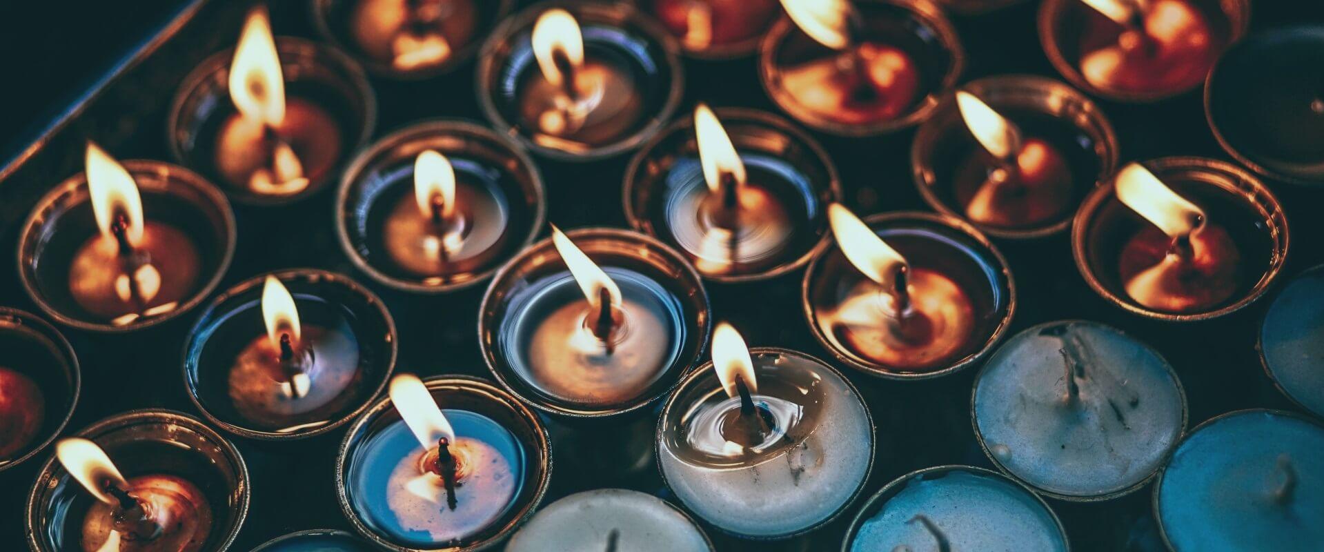Een groep met brandende kaarsen